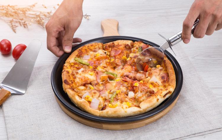 serve the pizza 1