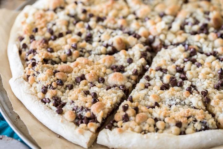 chocolate-chip-dessert-pizza