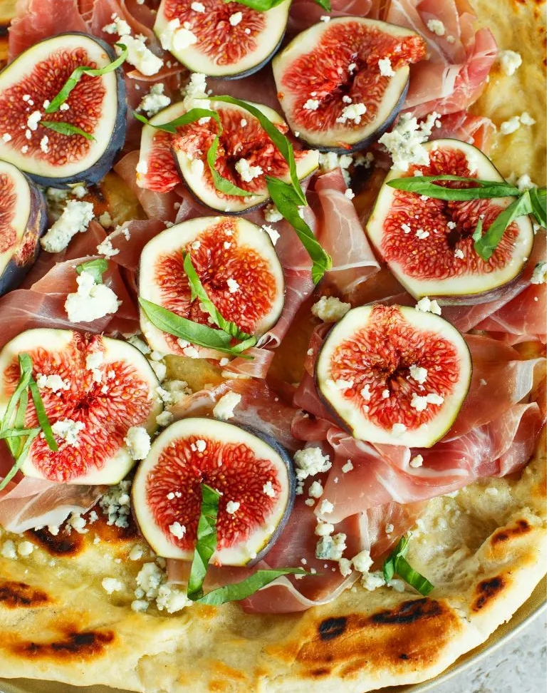 Fig and prosciutto grilled pizza